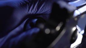 Politiewetenschapper die moordkanon, wapendeskundigheid, ballistisch onderzoek controleren stock videobeelden