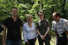Politik Alexey Navalny, Evgenia Chirikova, Vladislav Naganov, Suren Gazaryan på mötet av aktivister i den Khimki skogen Arkivbild