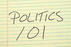 Politik 101 auf einem gelben Kanzleibogenblock Stockfotos