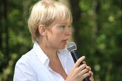 Politik Evgeniya Chirikova talar till aktivister i den Khimki skogen Fotografering för Bildbyråer
