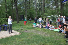 Politik Evgeniya Chirikova talar till aktivister i den Khimki skogen Royaltyfria Foton