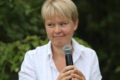 Politik Evgeniya Chirikova talar till aktivister i den Khimki skogen Royaltyfria Bilder