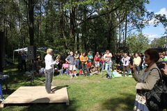 Politik Evgeniya Chirikova talar till aktivister i den Khimki skogen Royaltyfri Fotografi