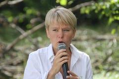 Politik Evgeniya Chirikova talar till aktivister i den Khimki skogen Arkivfoton