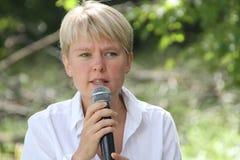 Politik Evgeniya Chirikova talar till aktivister i den Khimki skogen Arkivbilder
