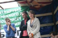 Politik Evgeniya Chirikova und Journalist Artemy Troitsky an der Sammlung zum Schutze von Khimki-Wald Stockfotografie