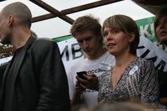 Politik Yevgenia Chirikova und Yaroslav Nikitenko an der Sammlung zum Schutze von Khimki-Wald Lizenzfreie Stockbilder