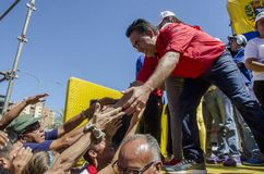 Politiker av PSUVEN som fördjupa hans händer in mot sympatisörarna till hans politiskt parti fotografering för bildbyråer