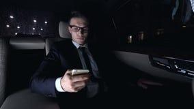 Politiker, der Telefon auf Rücksitz des Luxusautos als nach Hause fahren, Workaholic verwendet stock video