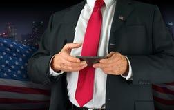 Politiker der Vereinigten Staaten von Amerika, der an seinem Handy simst Lizenzfreie Stockfotografie