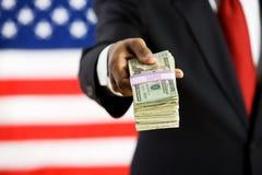 Politiker: Einen Stapel Geld heraus halten stockbilder