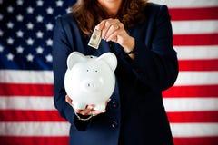 Politiker: Einsetzen des Geldes in die Bank Lizenzfreie Stockbilder