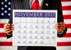 Politiker: Halten eines Kalenders mit Wahltag 2017 Stockbilder