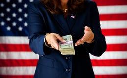 Politiker: Halten eines Stapels Bargeldes Stockfotos
