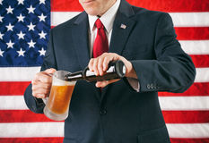 Politiker: Mann, der ein eiskaltes Bier gießt Stockbilder
