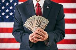 Politiker: Mann Holding aufgelockerte heraus US-Währung Lizenzfreie Stockbilder