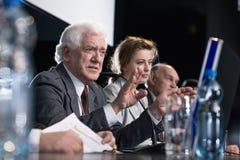 Politiker während der Pressekonferenz lizenzfreie stockfotos