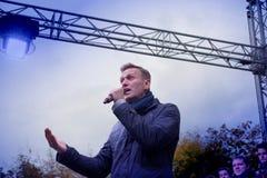 Politikern Alexei Navalny talar på en opposition samlar royaltyfri bild