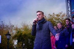 Politikern Alexei Navalny talar på en opposition samlar arkivfoto