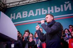 Politikern Alexei Navalny talar på en opposition samlar royaltyfria foton