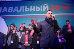 Politikern Alexei Navalny talar på en opposition samlar arkivfoton