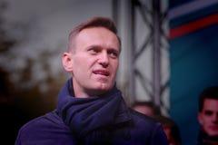 Politikern Alexei Navalny talar på en opposition samlar royaltyfri fotografi