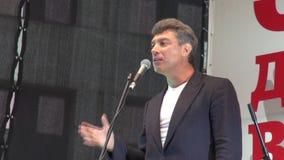 Politikern Boris Nemtsov är på opposition samlar stock video