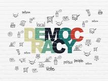 Politikkonzept: Demokratie auf Wandhintergrund Stockbild
