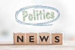 Politiknyheterna på en trätabell arkivbilder