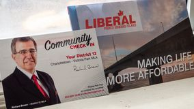 Politische Plattform und Gemeinschaft überprüfen herein von Richard Brown, PEI Liberal Party für die provinzielle Wahl lizenzfreies stockfoto