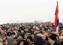 Politisk folkmassa i Serbien royaltyfri foto