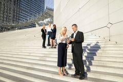 Politiska forskare som går ner trappa med minnestavlan och fall Royaltyfri Foto