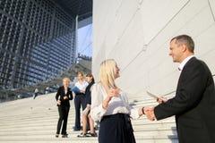Politiska forskare som går ner trappa med minnestavlan och fall Royaltyfri Fotografi