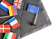 Politiskt begrepp med små flaggor av EU för europeisk union Arkivbild