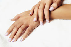 Politur Manicure.female hands.beauty salon.shellac lizenzfreie stockfotografie