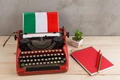 Polityczny, wiadomość i edukacja pojęcie, - czerwona maszyna do pisania, flaga Włochy, notatnik obrazy stock