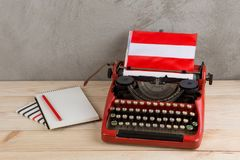 Polityczny, wiadomość i edukacja pojęcie, - czerwona rocznik maszyna do pisania, flaga Austria, ołówek zdjęcie stock