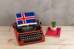 Polityczny, wiadomość i edukacja pojęcie, - czerwona rocznik maszyna do pisania, flaga Iceland, ołówek, notepad obraz stock