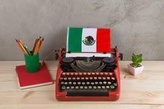 Polityczny, wiadomość i edukacja pojęcie, - czerwona rocznik maszyna do pisania, flaga Meksyk, ołówki zdjęcia stock