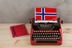 Polityczny, wiadomość i edukacja pojęcie, - czerwona rocznik maszyna do pisania, flaga Norwegia, ołówek, notepad obrazy stock