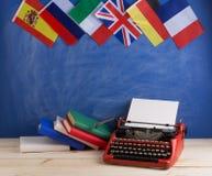 Polityczny, wiadomość i edukacja pojęcie, flagi Hiszpania, Francja, Wielki Brytania i inni kraje - czerwona maszyna do pisania, k obrazy royalty free
