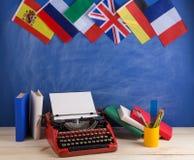 Polityczny, wiadomość i edukacja pojęcie, flagi Hiszpania, Francja, Wielki Brytania i inni kraje - czerwona maszyna do pisania, k obraz royalty free