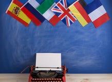 Polityczny, wiadomość i edukacja pojęcie, flagi Hiszpania, Francja, Wielki Brytania i inni kraje - czerwona maszyna do pisania, zdjęcia royalty free