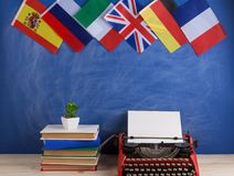 Polityczny, wiadomo?? i edukacja poj?cie, flagi Hiszpania, Francja, Wielki Brytania i inni kraje - czerwona maszyna do pisania, k obraz stock