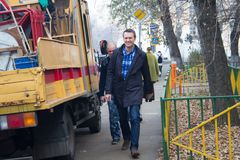Polityk Alexei Navalny towarzyszący pracownikiem Federacyjna penitencjarii usługa iść na próbnym Yves Rocher zdjęcia stock