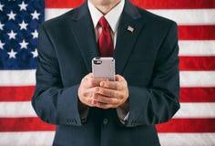 Polityk: Mężczyzna Texting Na Nowożytnym Mądrze telefonie zdjęcia royalty free