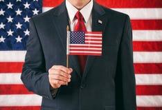 Polityk: Mężczyzna Trzyma Małą usa flaga Na kiju obrazy stock