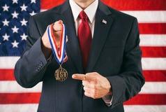 Polityk: Mężczyzna Trzyma Up A Najpierw Umieszcza nagrodę I Wskazywać zdjęcie stock