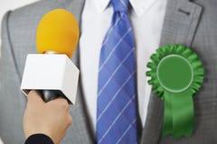 Polityk Przeprowadza wywiad dziennikarzem Podczas wybory obrazy royalty free