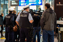 Polizei在法兰克福国际机场 库存照片